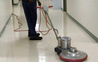 Polering av gulv med High-speed maskin. Foto