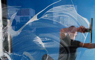 Proffesjonelle vinduspusserre har en elegant pusseteknikk. Foto